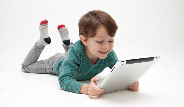 タブレットPCと少年